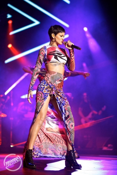 video rihanna returns to the stage watch her